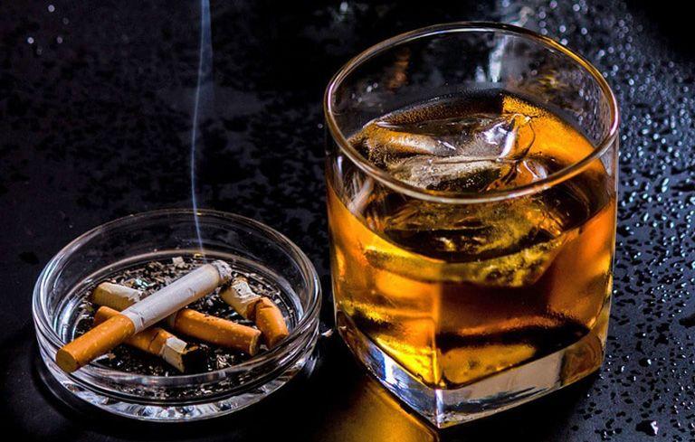 Hút thuốc lá, sử dụng rượu bia là một trong những nguyên nhân đau dạ dày