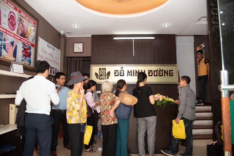 Từ sáng sớm, Nhà thuốc Đỗ Minh Đường đã rất đông bệnh nhân tới khám, lấy thuốc chữa bệnh