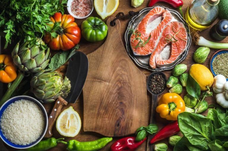 Một chế độ ăn uống khoa học sẽ giúp người bệnh phần nào đẩy lùi được tình trạng khô khớp