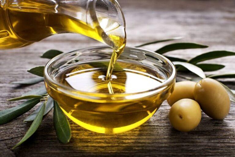 Bạn nên dùng dầu có nguồn gốc thực vật (đặc biệt là dầu oliu) để chế biến các món ăn tốt cho bệnh xương khớp.