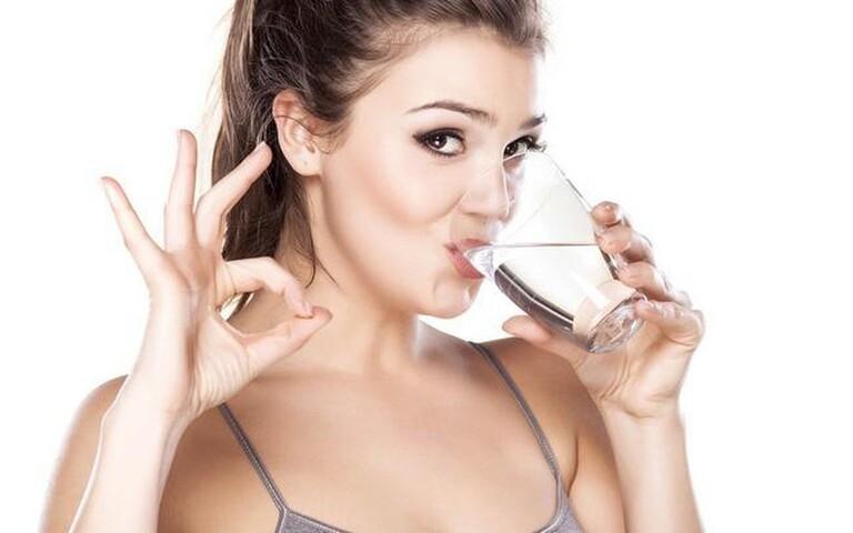 Ngoài dinh dưỡng của bữa ăn, người bệnh xương khớp cần chú ý cung cấp ít nhất 2 lít nước mỗi ngày cho cơ thể.