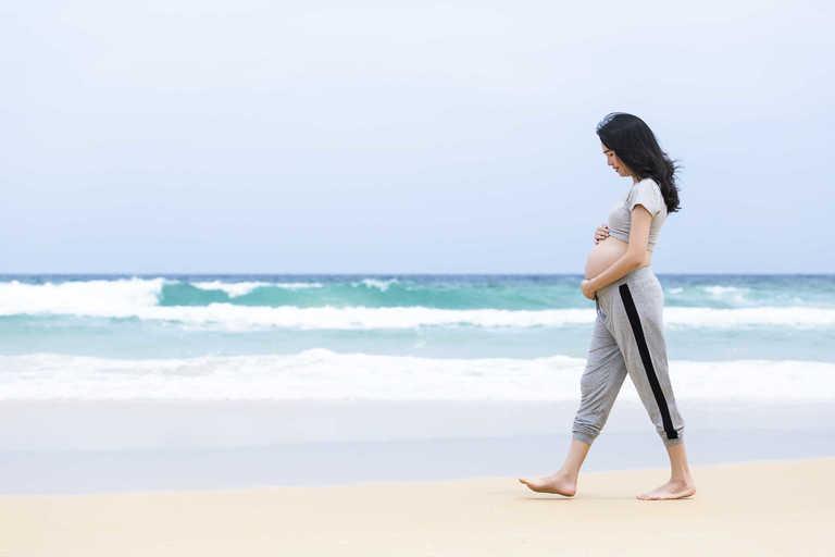 Mẹ bầu có thể đi bộ nhẹ nhàng để giảm bớt cơn đau do bệnh thoái hóa cột sống gây ra.