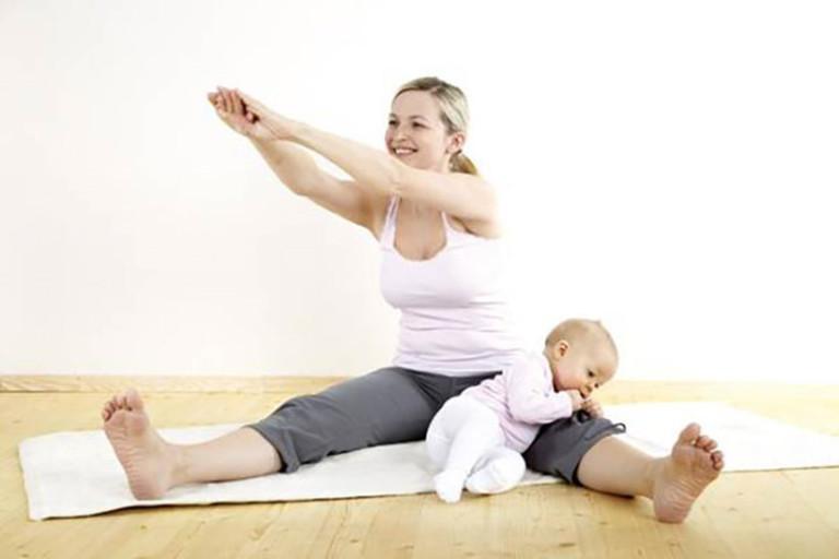 Mẹ bỉm nên vận động nhẹ nhàng để máu huyết lưu thông thuận lợi và giảm đau nhức xương khớp.