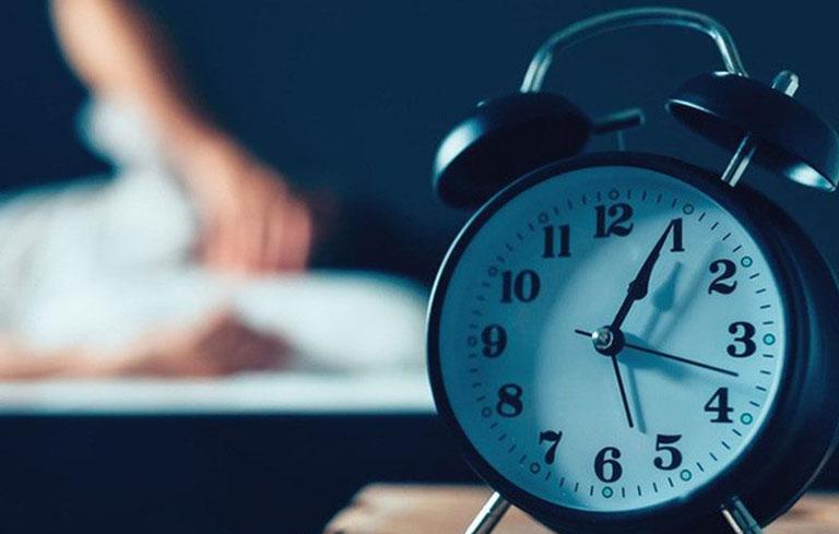Mất ngủ kinh niên là tình trạng khó ngủ, ngủ ít kéo dài hàng tháng đến hàng năm