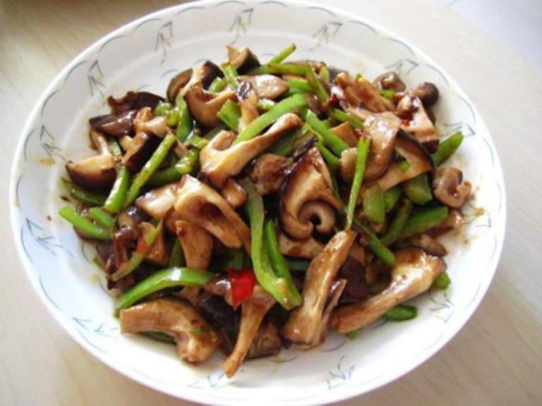 Nấm hương xào thập cẩm là món ăn vừa ngon, vừa rẻ lại tốt cho bệnh xương khớp.