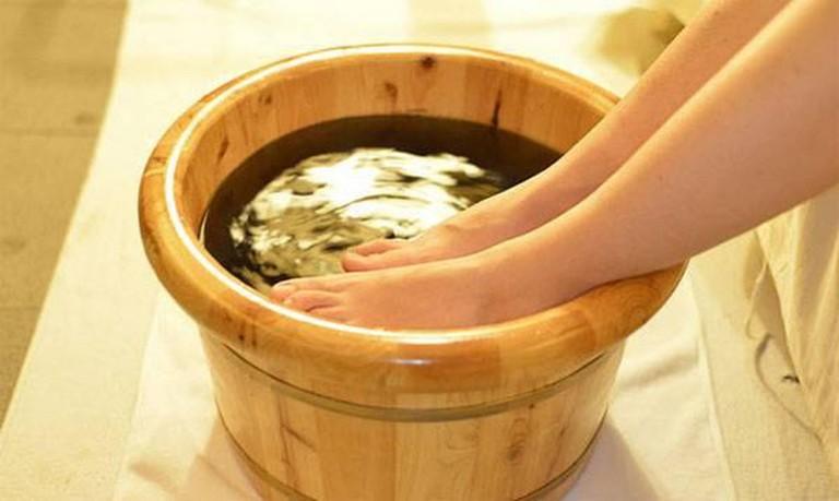 Ngâm chân với nước gừng vừa là cách giảm đau nhức xương khớp vừa khắc phục tình trạng lạnh tay chân cho phụ nữ sau sinh.