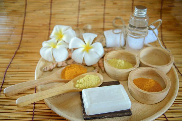 Nghệ và dầu dừa có công dụng giảm thâm nám, tàn nhang hiệu quả