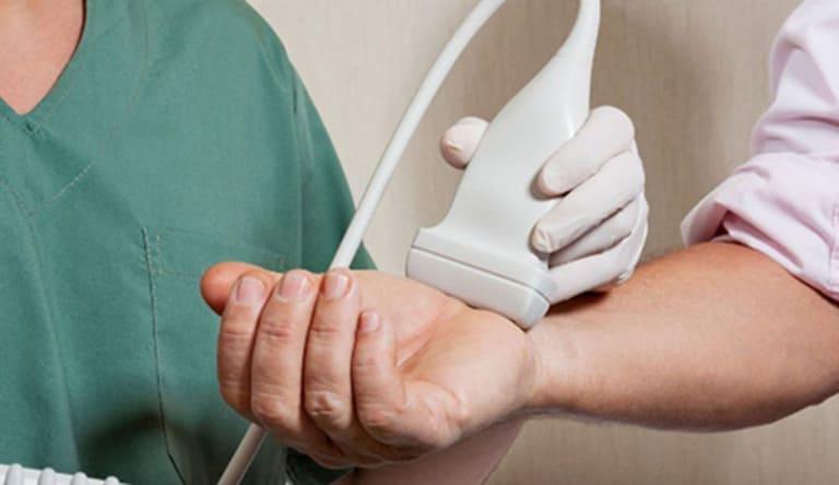 Ngoài phương pháp chụp X - quang để xác định các thương tổn ở khớp do viêm, các bác sĩ có thể dùng đến kỹ thuật siêu âm.