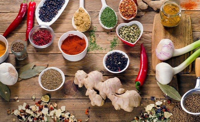 Khi chế biến món ăn, người bị đau nhức xương khớp nên dùng thêm các loại gia vị có tính ấm nóng và kháng viêm.