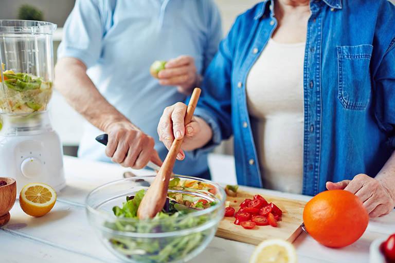 Người bị khô khớp gối nên ăn gì, kiêng gì để hỗ trợ điều trị