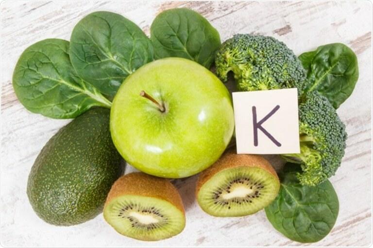 Thiếu chất xúc tác là vitamin K, cơ thể rất khó hấp thụ canxi từ thực phẩm.