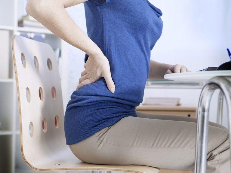 Sinh hoạt sai tư thế là một trong những nguyên nhân cơ học phổ biến gây đau lưng ở gần mông đối với nữ giới.