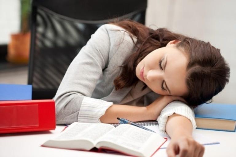 Ngủ hoặc làm việc không đúng tư thế là một trong những nguyên nhân cơ học gây đau vai gáy.