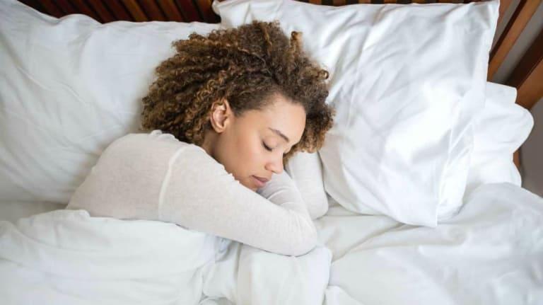 Thói quen ngủ không đúng là nguyên nhân cơ học phổ biến gây đau vai gáy sau khi ngủ dậy.