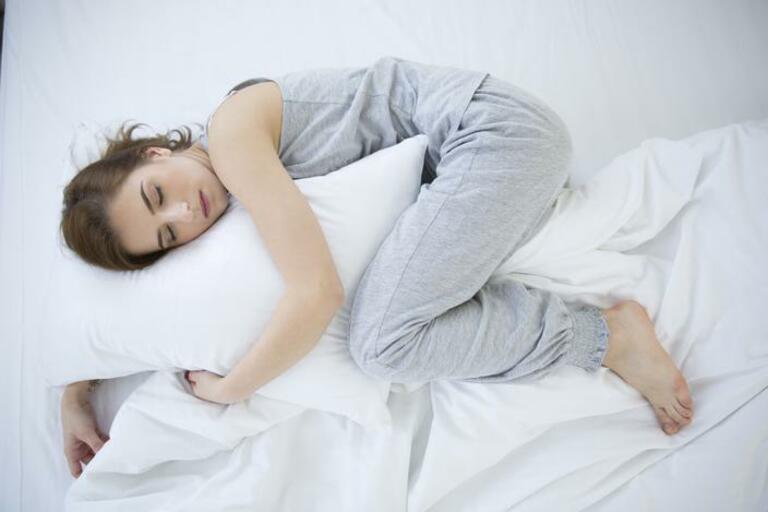 Tư thế ngủ không đúng là một trong những nguyên nhân phổ biến gây đau vai gáy sau sinh mổ.
