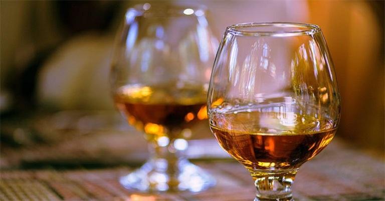 Sử dụng nhiều rượu bia là nguyên nhân gây xơ gan cổ trướng