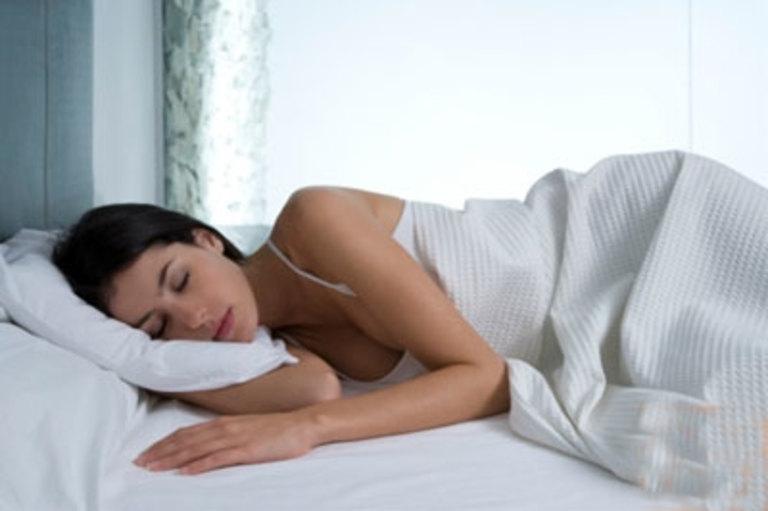 Ngủ sai tư thế là nguyên nhân sinh lý thường gặp gây đau nhức cánh tay và bả vai bên phải.