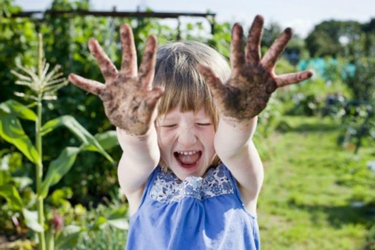 Bạn không cần quá lo lắng nếu nguyên nhân gây ho khản tiếng ở bé là do vui chơi quá mức.