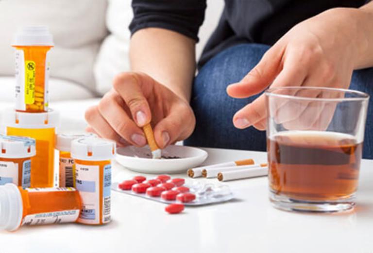 Nhiều người trẻ ăn uống thiếu chất nhưng lại lạm dụng chất kích thích và thuốc giảm đau rất dễ bị đau nhức tay phải và và bả vai họ đang ở thời kỳ đỉnh cao của sức khỏe.