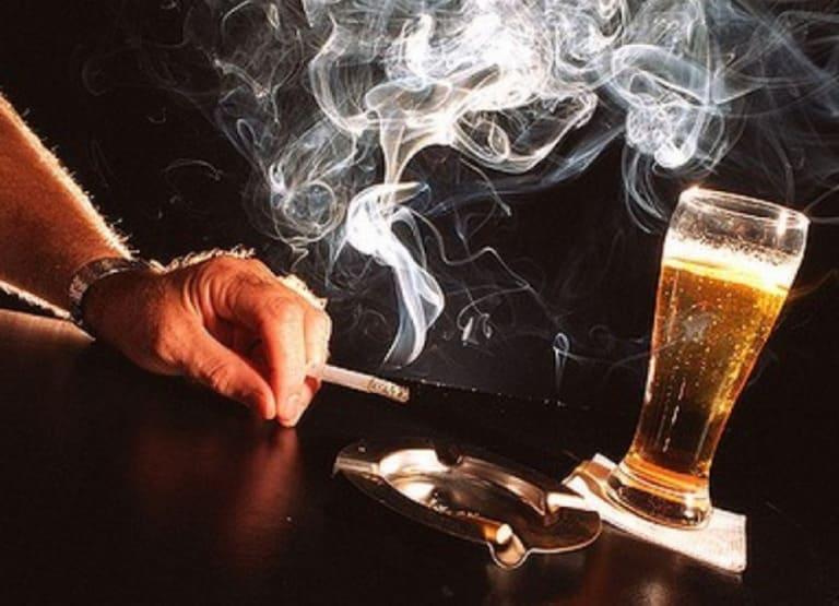 Thói quen sinh hoạt không khoa học và ăn uống thiếu chất là một trong những nguyên nhân quan trọng gây tình trạng khớp gối bị khô ở người trẻ tuổi.