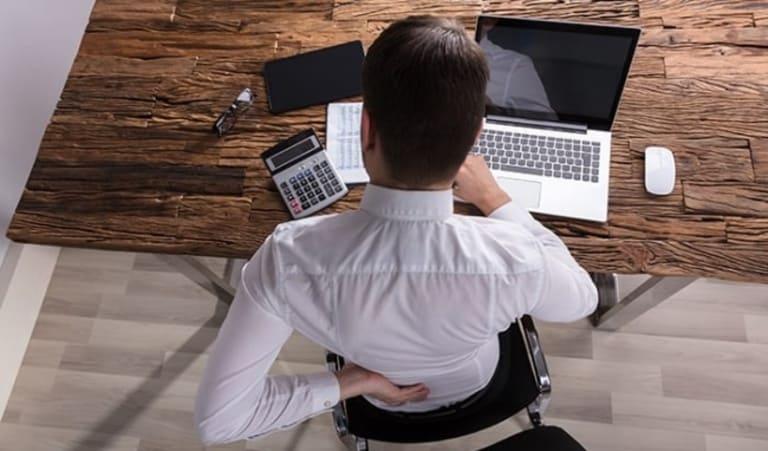 Đặc thù công việc phải thường xuyên ngồi quá lâu một chỗ và lười vận động và một trong những nguyên nhân khiến tình trạng xẹp cột sống lưng ngày càng trẻ hóa.