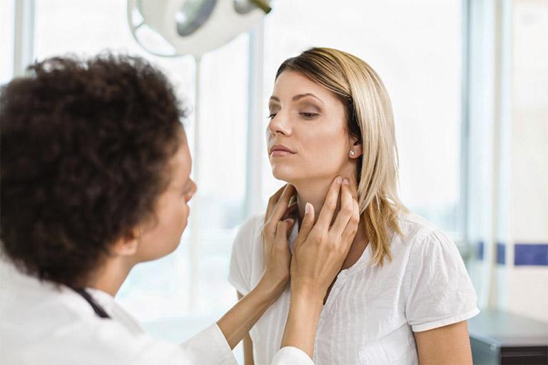 Bạn cần nhanh chóng tìm gặp bác sĩ để được tiến hành khám và điều trị triệu chứng nuốt nước bọt có cảm giác vướng cổ họng