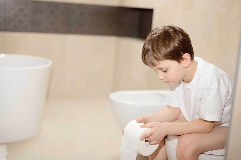 Trẻ bị nứt hậu môn do đâu?