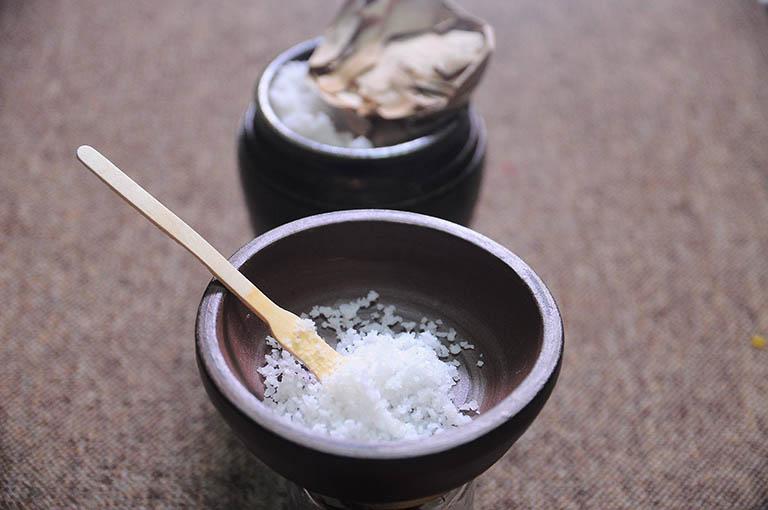 Ngâm và rửa hậu môn với nước muối ấm điều trị nứt kẽ hậu môn ở trẻ