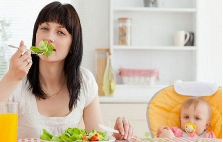 Mẹ sau sinh cần được chăm sóc với một chế độ ăn uống và nghỉ ngơi khoa học để tránh và cải thiện hiện tượng rong kinh