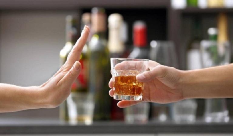 Uống nhiều bia rượu sẽ khiến nám đậm màu hơn
