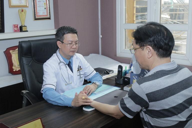 Diễn viên Minh Tuấn đang được lương y Đỗ Minh Tuấn thăm khám
