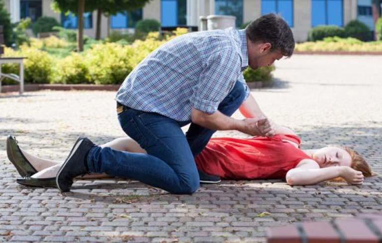 Đặt đầu bệnh nhân nằm nghiêng sang một bên là một trong những bước sơ cứu tai biến mạch máu não