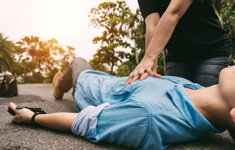 Thực hiện hà hơi thổi ngạt và ép tim là một trong những bước sơ cứu tai biến mạch máu não