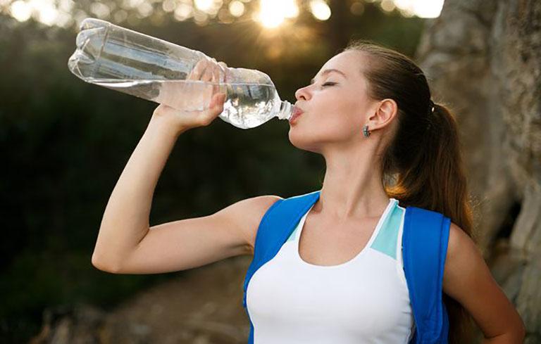 Người bệnh sỏi thận nên uống ít nhất từ 2,5 đến 3 lít nước mỗi ngày