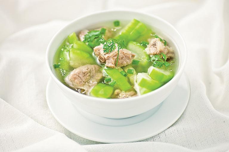 Sườn lợn nấu bí xanh là món ăn vừa giải độc cơ thể vừa tốt cho xương khớp.
