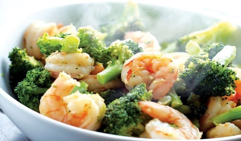 Với những người bị bệnh xương khớp do thiếu canxi thì món tôm xào súp lơ xanh là một lựa chọn không thể tốt hơn.