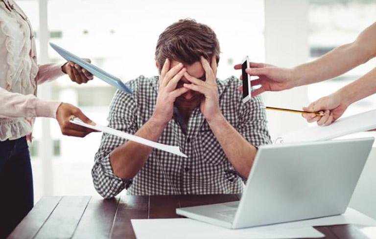 Làm việc qua sức, căng thẳng mệt mỏi là nguyên nhân gây nên bệnh