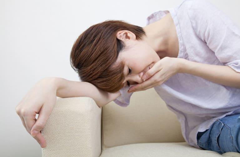 Dùng Paracetamol không đúng cách có thể gây buồn nôn, chóng mặt và tổn thương đến gan.