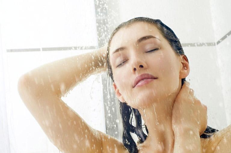 Tắm nước ấm sau khi ngủ dậy giúp đẩy lùi cơn đau lưng sau khi ngủ dậy