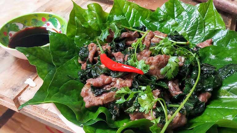 Thịt bò xào là lốt là món ăn có tác dụng giảm đau và cải thiện sức khỏe xương cốt