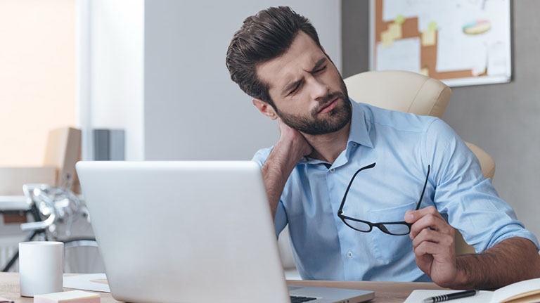 Thoái hóa đốt sống cổ gây đau đầu ảnh hưởng đến công việc và đời sống hàng ngày