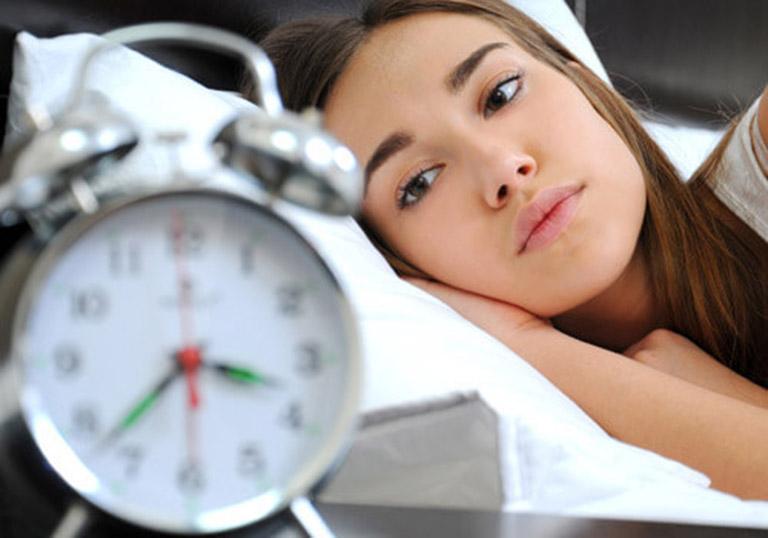 Thoái hóa đốt sống cổ gây mất ngủ khiến người bệnh cảm thấy mệt mỏi, suy nhược cơ thể