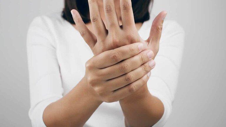 thoái hóa đốt sống cổ gây tê tay có nguy hiểm không