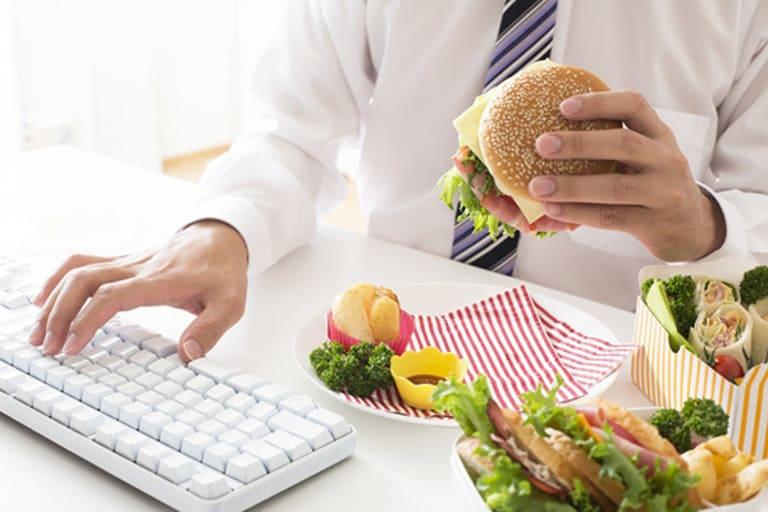 Thói quen ăn uống không khoa học và thường xuyên phái chịu áp lực là những nguyên nhân phổ biến khiến nhiều nam giới trẻ tuổi nhưng bị suy giảm testosterone.
