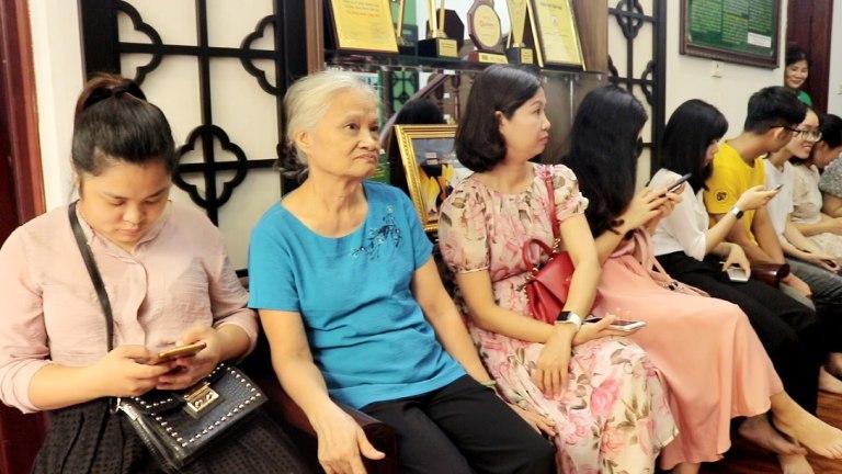 Nhiều người bệnh chờ đợi đến lượt khám tại Thuốc dân tộc