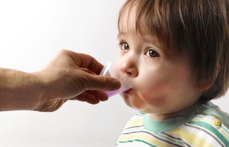 Hỏi ý kiến bác sĩ trước khi cho trẻ uống thuốc