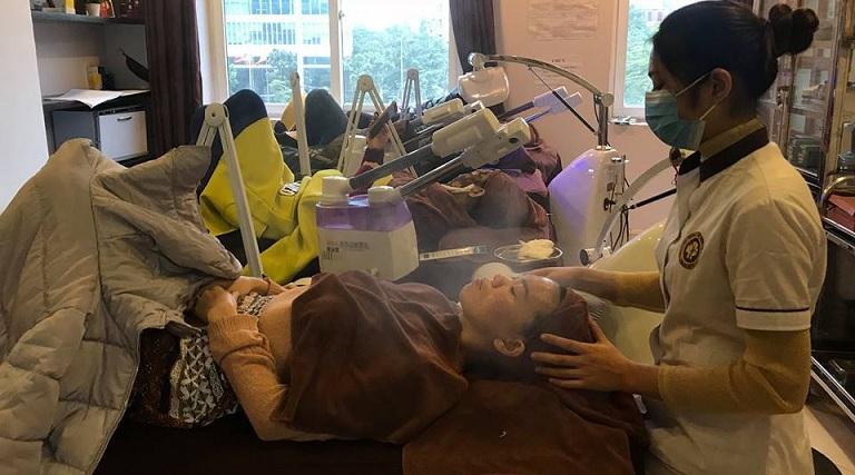 Tại Trung tâm da liễu Đông y, người bệnh sẽ được đắp mặt nạ thảo dược kết hợp với công nghệ làm đẹp, loại bỏ mụn hiện đại