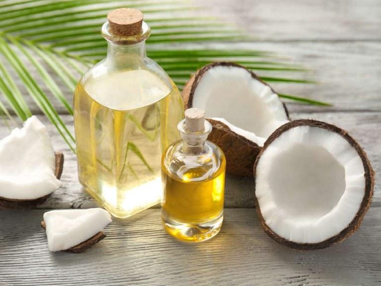Sửa dụng dầu dừa massage da mặt giúp mang lại làn da sáng khỏe