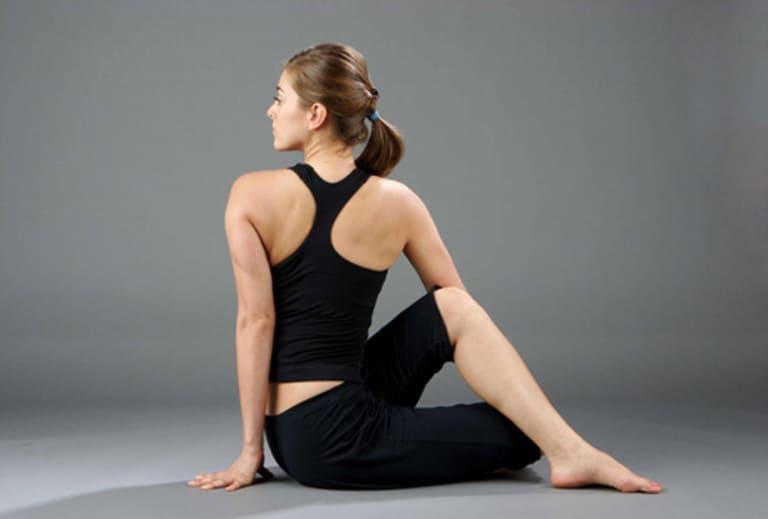 Bài tập Yoga xoay 180 độ tác động sâu đến đốt sống cổ và bả vai.