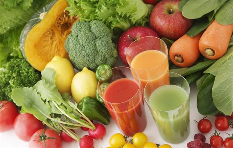 Người bệnh nên tăng cường rau xanh và uống nước trái cây hàng ngày